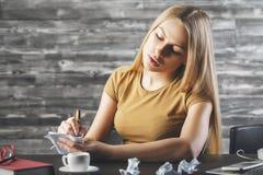 Upptagen kvinna som gör skrivbordsarbete Royaltyfria Bilder