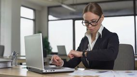 Upptagen kvinna som ser klockan som förväxlas, genom att missa akut uppgift, missande stopptid stock video