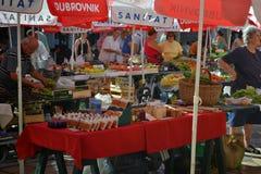 Upptagen marknad i den gamla staden Dubrovnik Arkivfoton