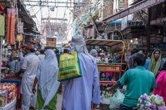 Upptagen marknad på Jama Masjid, Delhi, Indien Royaltyfria Bilder