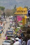 Upptagen marknadsgata i östliga Uganda Arkivbild
