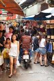Upptagen marknadsgata i Bangkok, Thailand Arkivbilder