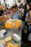 Upptagen marknadsgata i Bangkok, Thailand Royaltyfri Foto