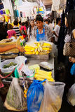 Upptagen marknadsgata i Bangkok, Thailand Royaltyfri Bild