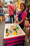 Upptagen marknadsgata i Bangkok, Thailand Arkivfoto