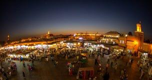 Upptagen marknadsnatt Marakesh, Marocko Royaltyfri Bild