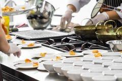 Upptagen matlagning arkivfoto