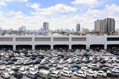 Upptagen morgon av den Bangkok BTS drevparkeringsplatsen på den Chatuchak stationen Royaltyfri Fotografi