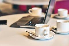Upptagen morgon med borttappat av tomma kaffe- eller tekoppar på tabellen Royaltyfria Foton