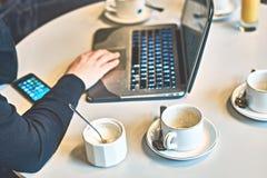 Upptagen morgon med borttappat av tomma kaffe- eller tekoppar på tabellen Arkivfoto