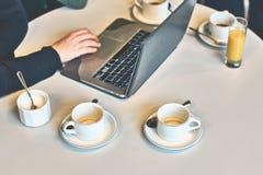 Upptagen morgon med borttappat av tomma kaffe- eller tekoppar på tabellen Royaltyfri Bild