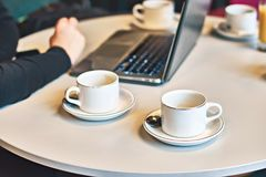 Upptagen morgon med borttappat av tomma kaffe- eller tekoppar på tabellen Royaltyfri Fotografi
