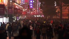 Upptagen nattfolkmassatrafik på den Nanjing vägen lager videofilmer