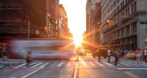 Upptagen New York City gataplats arkivfoton