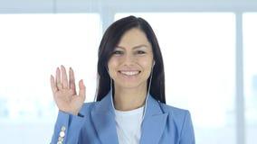 Upptagen online-video pratstund för kvinna, vinkande hand Arkivfoto