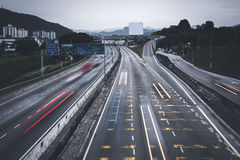 Upptagen pendling för folk med bilar genom att använda huvudvägen mellan städer arkivbilder