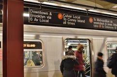 Upptagen pendlingssträcka för stad för MTA-drevstation NYC som arbetar New York folk fotografering för bildbyråer