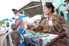 upptagen säljande gatasäljare för frukost arkivbilder