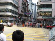 Upptagen shoppa gata i Mong Kok, Hong Kong arkivbilder