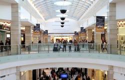 Upptagen shoppinggalleria arkivbild