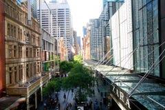 Upptagen shoppinggata i mitt av Sydney Royaltyfria Bilder