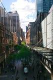 Upptagen shoppinggata i mitt av Sydney Royaltyfri Fotografi