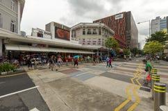 Upptagen singaporiansk gata Arkivbilder