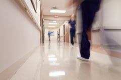 Upptagen sjukhuskorridor med den medicinska personalen royaltyfri foto