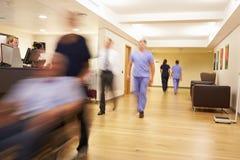 Upptagen sjuksköterskas station i modernt sjukhus royaltyfri foto