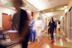 Upptagen sjuksköterskas station i modernt sjukhus royaltyfria bilder