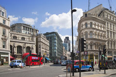 Upptagen stad av den London gatan som leder till Bank of England Royaltyfri Foto