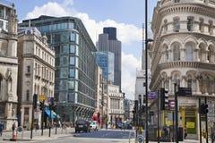 Upptagen stad av den London gatan som leder till Bank of England Royaltyfri Bild