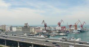 upptagen stads- trafik 4k på planskilda korsningen, behållareterminal, QingDao porslin stock video