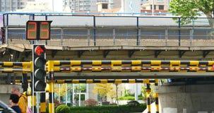 upptagen stads- trafik 4k & trafikljus, porslin arkivfilmer