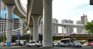 upptagen stads- trafik 4k under planskilda korsningen, gångare som korsar vägen, porslin stock video