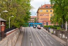 Upptagen stadsgata med spårvagnen i Zagreb Arkivbild