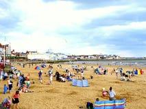 Upptagen strand och stad, Bridlington, Yorkshire; Royaltyfria Bilder