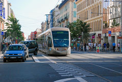 Upptagen trafik av folk och medel på gatorna ljusa Nice, Arkivbild