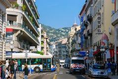 Upptagen trafik av folk och medel på gatorna ljusa Nice, Royaltyfria Bilder