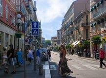 Upptagen trafik av folk och medel på gatorna ljusa Nice, Royaltyfri Foto