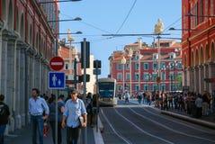 Upptagen trafik av folk och medel på gatorna ljusa Nice, Royaltyfri Fotografi
