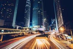 Upptagen trafik för natt i Hong Kong den i stadens centrum staden askfat Royaltyfri Bild