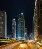 Upptagen trafik för natt i Hong Kong den i stadens centrum staden askfat Arkivfoton