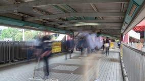 Upptagen trafik för Tid schackningsperiod av folk i den över huvudet passagen i Hong Kong lager videofilmer