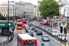 Upptagen trafik i centrala London nära konung kors Royaltyfri Foto