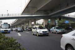 Upptagen trafik i den Shanghai staden Fotografering för Bildbyråer