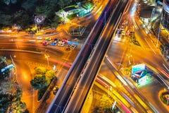 Upptagen trafik i en stad Arkivbilder