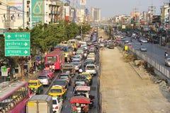 Upptagen trafik i pang Kae som är östlig av Bangkok Royaltyfri Foto