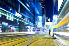 Upptagen trafik med spårvagnstoppet i den Hong Kong staden arkivfoto