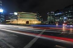 Upptagen trafik på den Sungnyemun porten, Seoul, Korea Royaltyfria Bilder